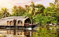 House-boat-in-backwaters-725x310px