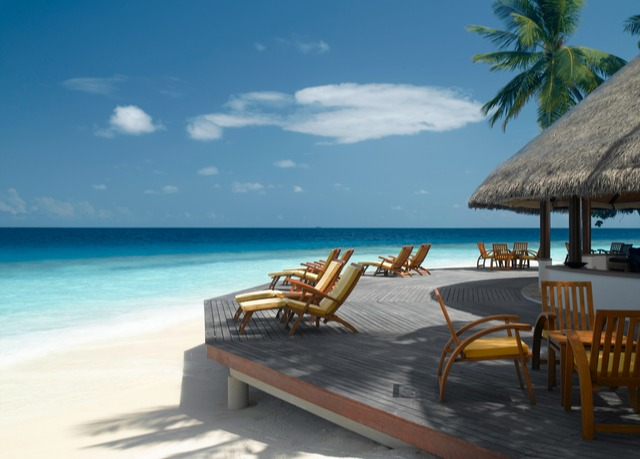 traumhafter malediven urlaub inklusive unterkunft in einer beachfront villa flug und. Black Bedroom Furniture Sets. Home Design Ideas
