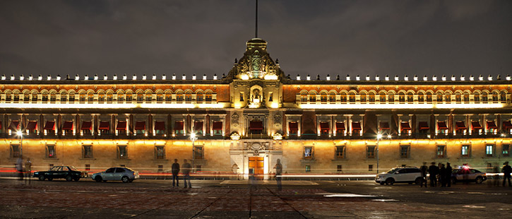 National-Palace-in-Plaza-de-la-Constitucion-725x310px