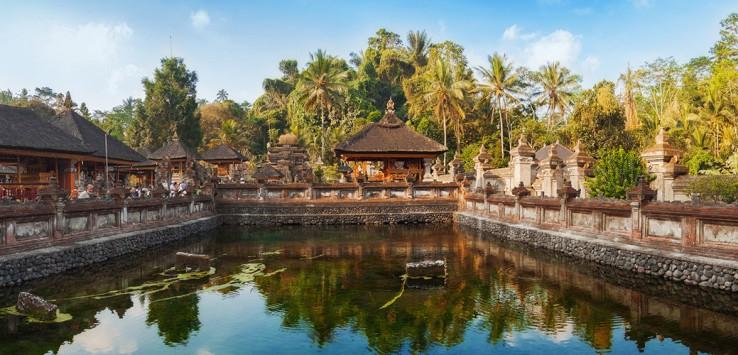 Tirta-Empul-Hindu-Temple-at-Tampaksiring,-Bali,-Indonesia-1170x500px-2