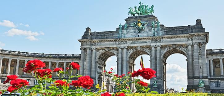 Triumphal-Arch-in-Cinquantenaire-Park-in-Brussels,-Belgium-725x310px
