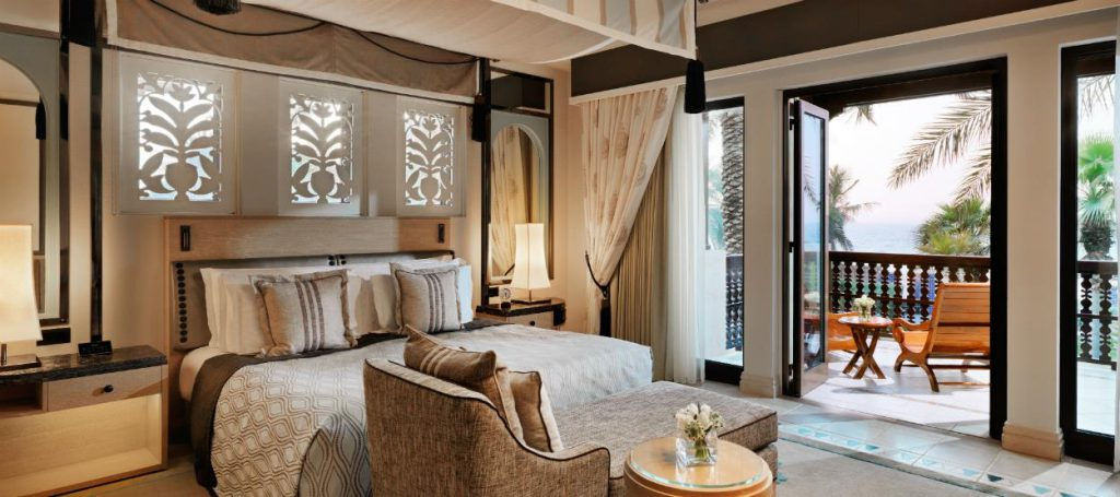 madinat-jumeirah-dam-gulf-arabian-summerhouse-deluxe-bedroom-hero-04