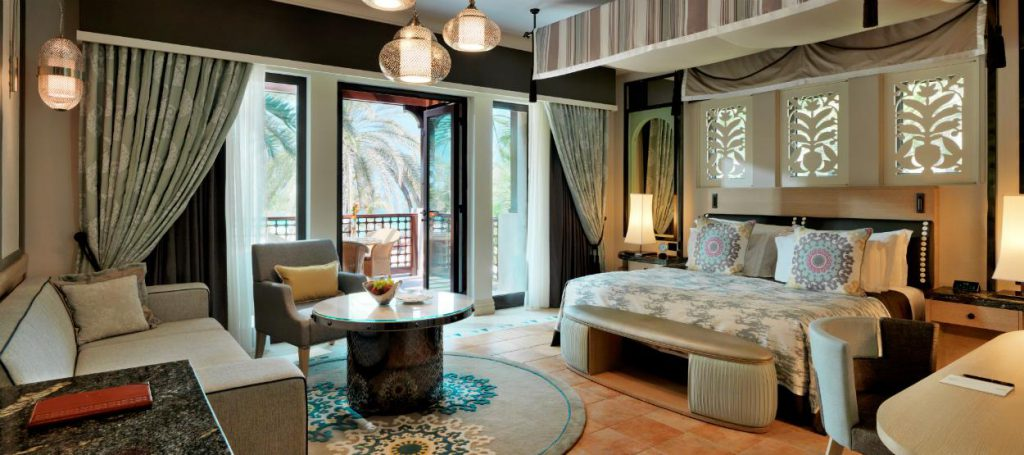 madinat-jumeirah-dam-gulf-arabian-summerhouse-suite-bedroom-hero-02